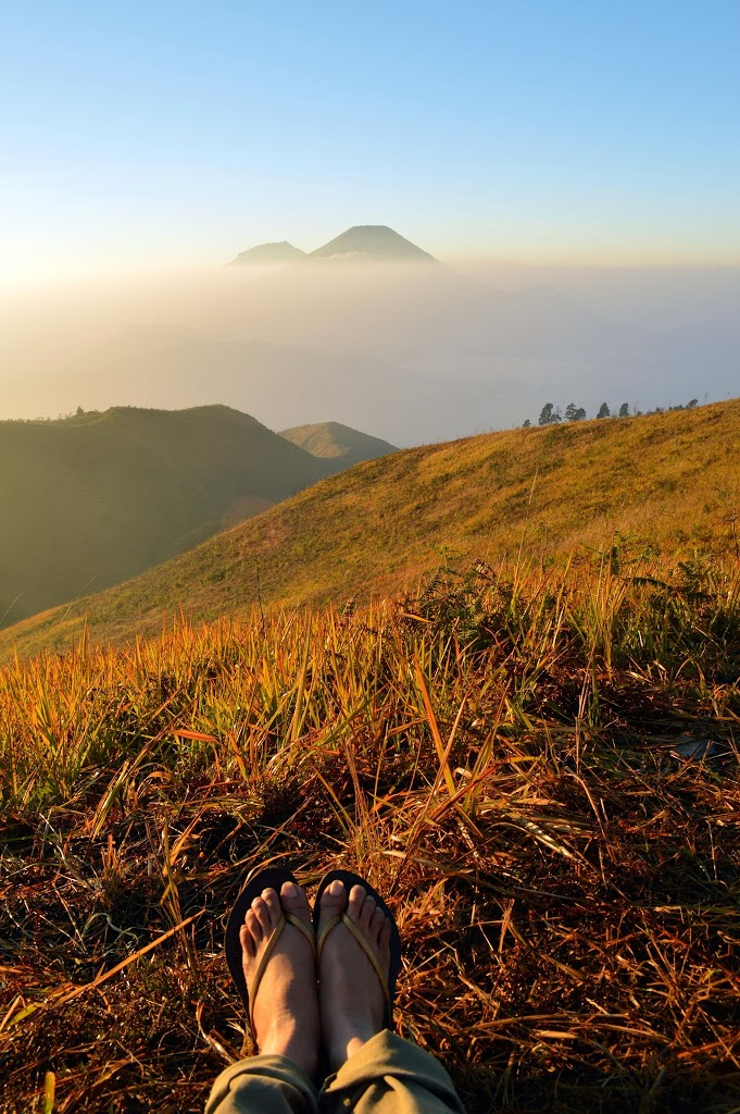 iew Gunung Sumbing dan Sindoro dari puncak Gunung Prau, Wonosobo, Jawa Tengah