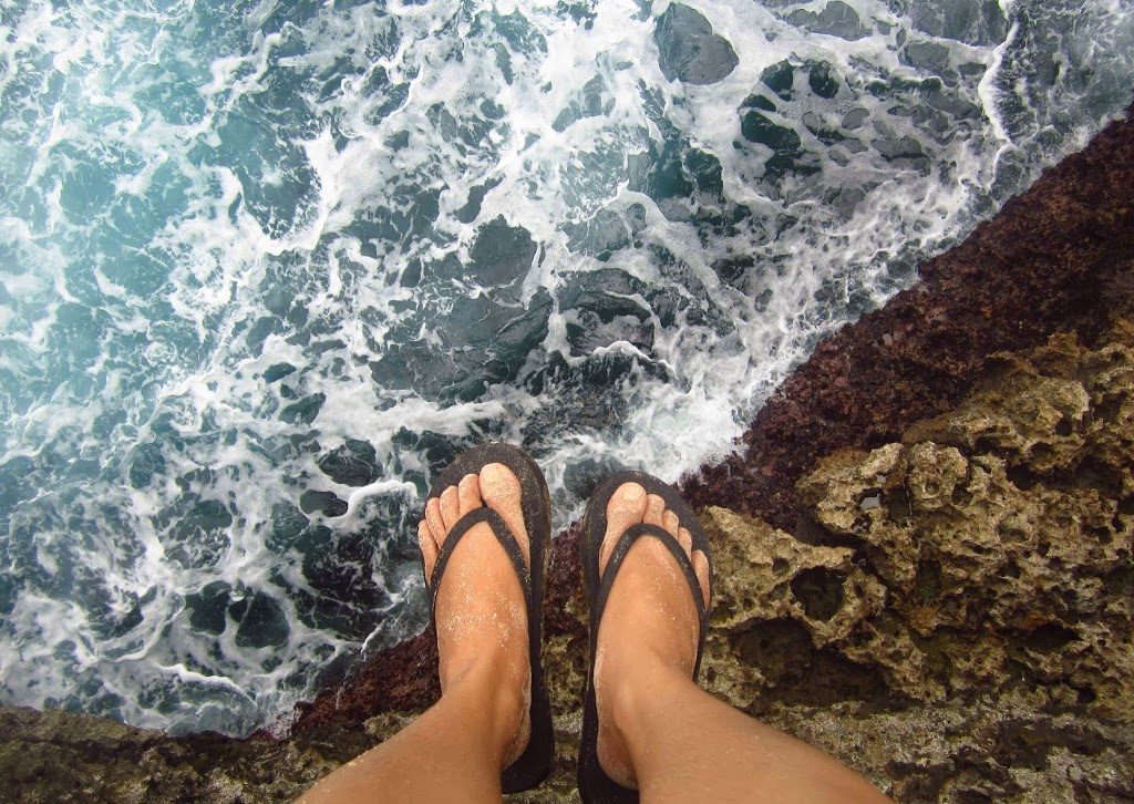 Tebing 10 meter di atas ombak Pantai Selatan, Pulau Sempu, Malang