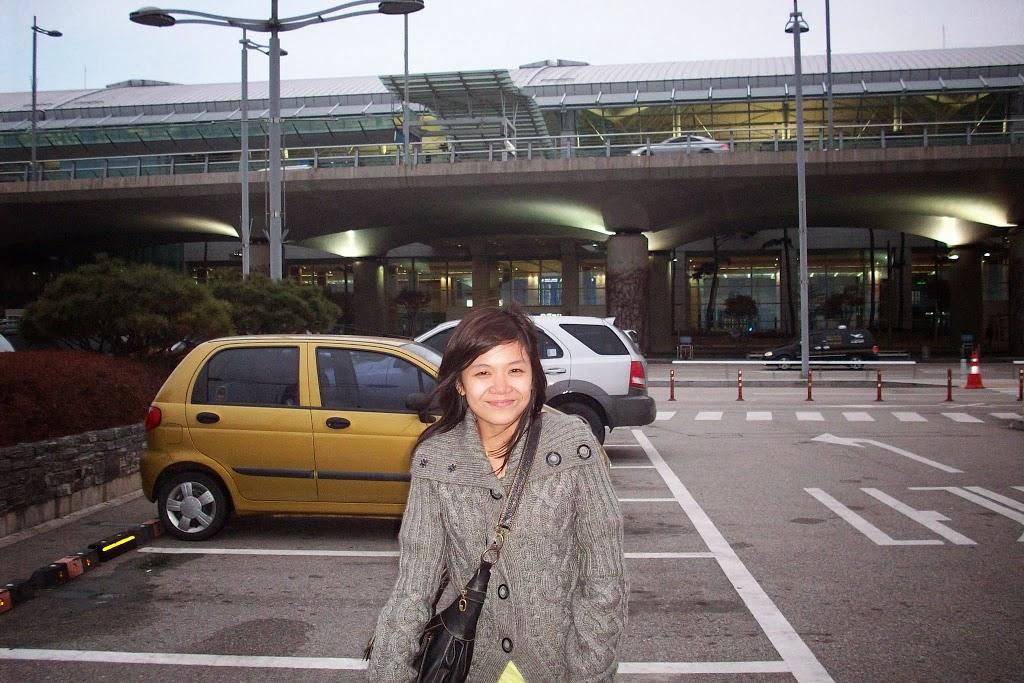 Sempat foto di parkiran bandara dengan muka menggigil