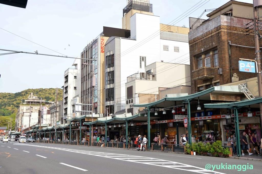 Pusat suvenir dan jajanan di Gion
