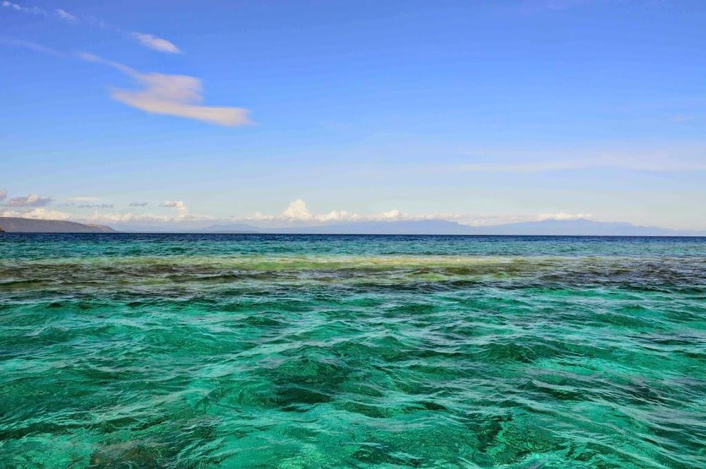 Area berwarna putih adalah gundukan karang yang masih tenggelam