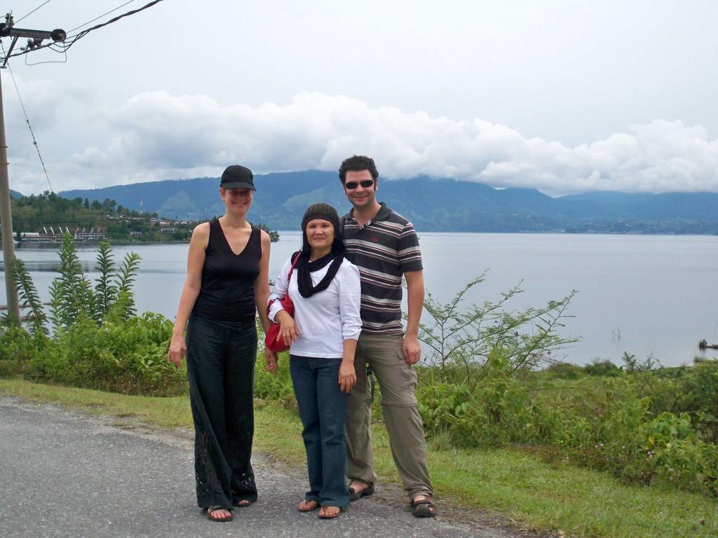 Mami bersama turis asal Prancis di Tuk Tuk, Samosir