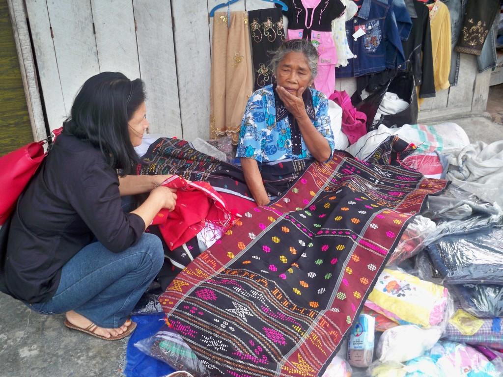 Mami saat membeli Ulos di Tomok, Samosir