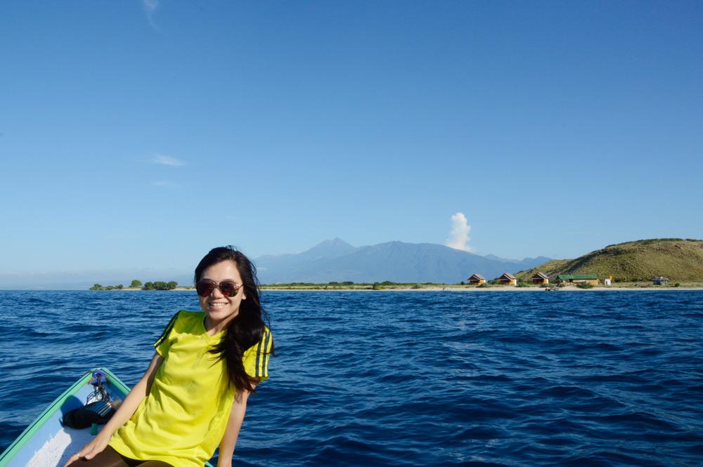 Pulau Paserang dengan latar Gunung Rinjani
