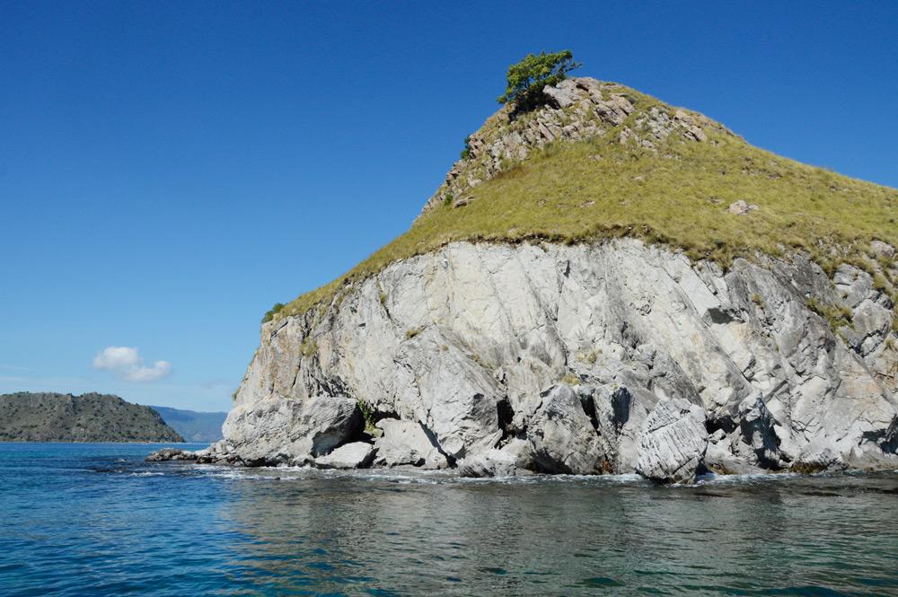 Pulau Mandiki dengan pohon di puncaknya