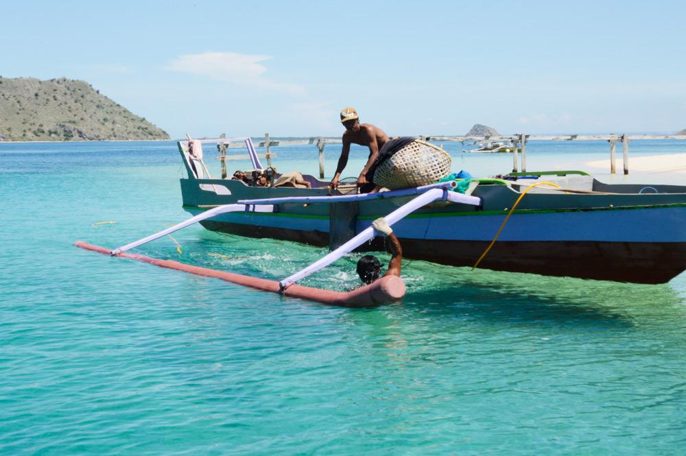 Nelayan menjaring ikan di Pulau Kenawa