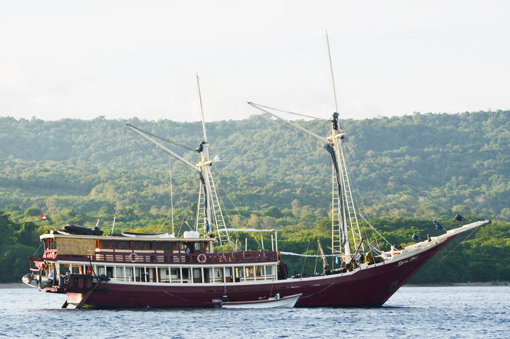 Kapal pesiar dari Labuan Bajo singgah di Pulau Moyo
