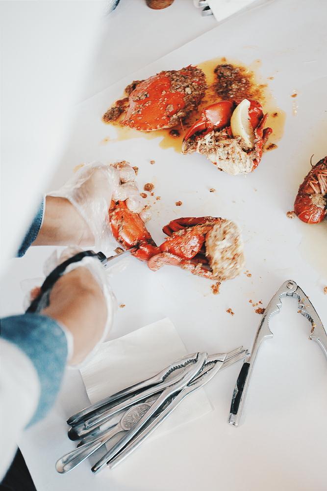 Pelayan membantu mengeluarkan daging kepiting
