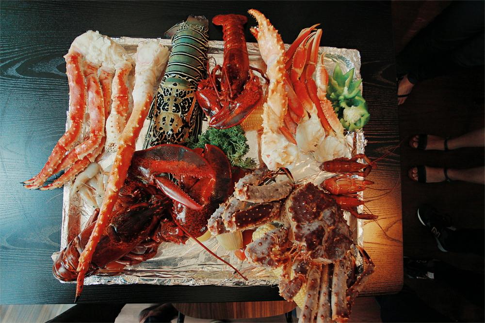 Searah jarum jam: Crawfish, baby King Crab, Crawfish again, King Crab's claws, Lobster Bambu.