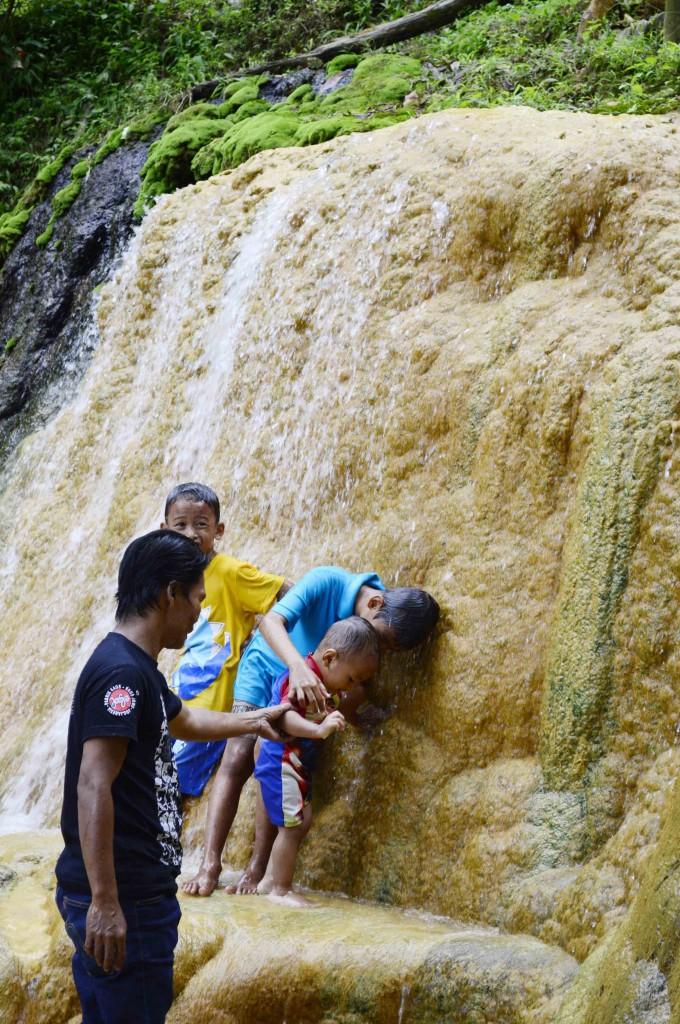 Anak-anak asyik bermain air