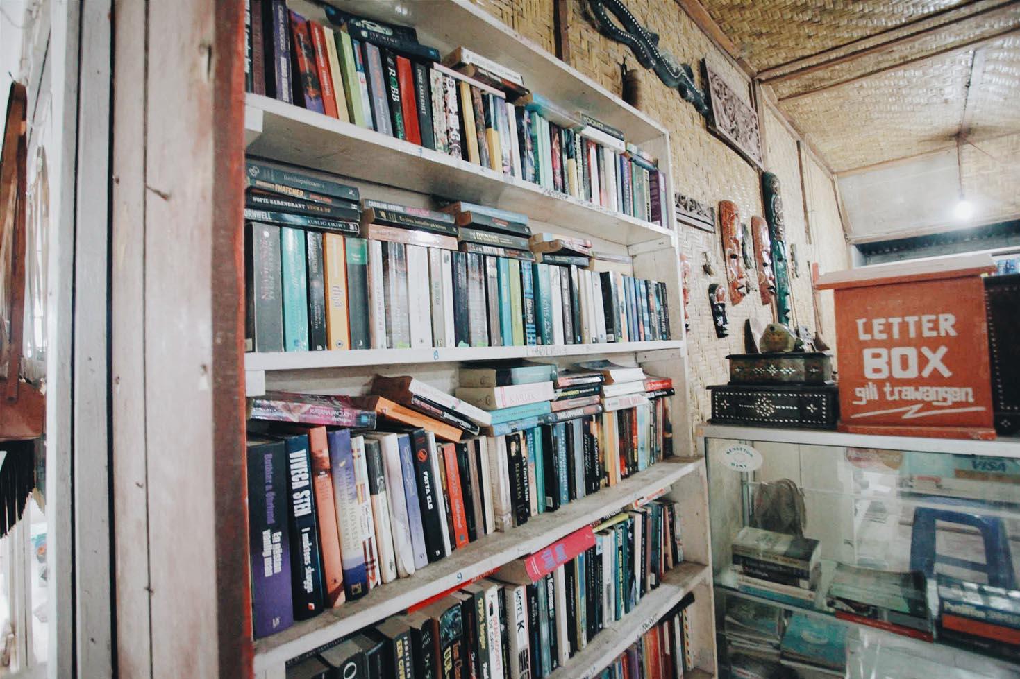 Koleksi buku dan Kotak Pos di William Book Shop