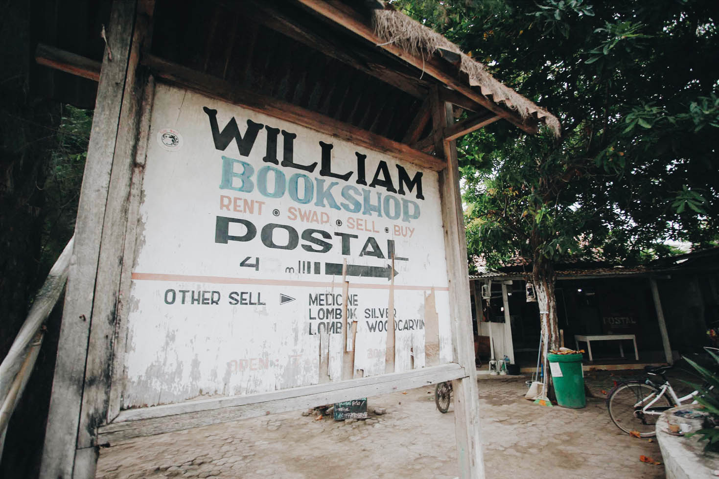 Papan petunjuk William Book Shop yang berada di belakang Food Night Market
