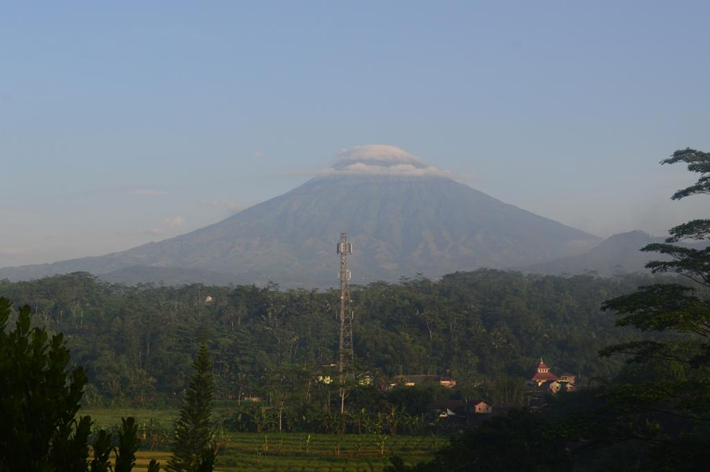 Gunung Sumbing dilihat dari depan kamar