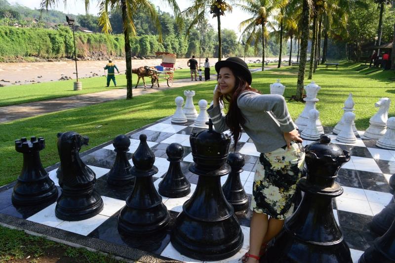 Mejeng di papan catur raksasa