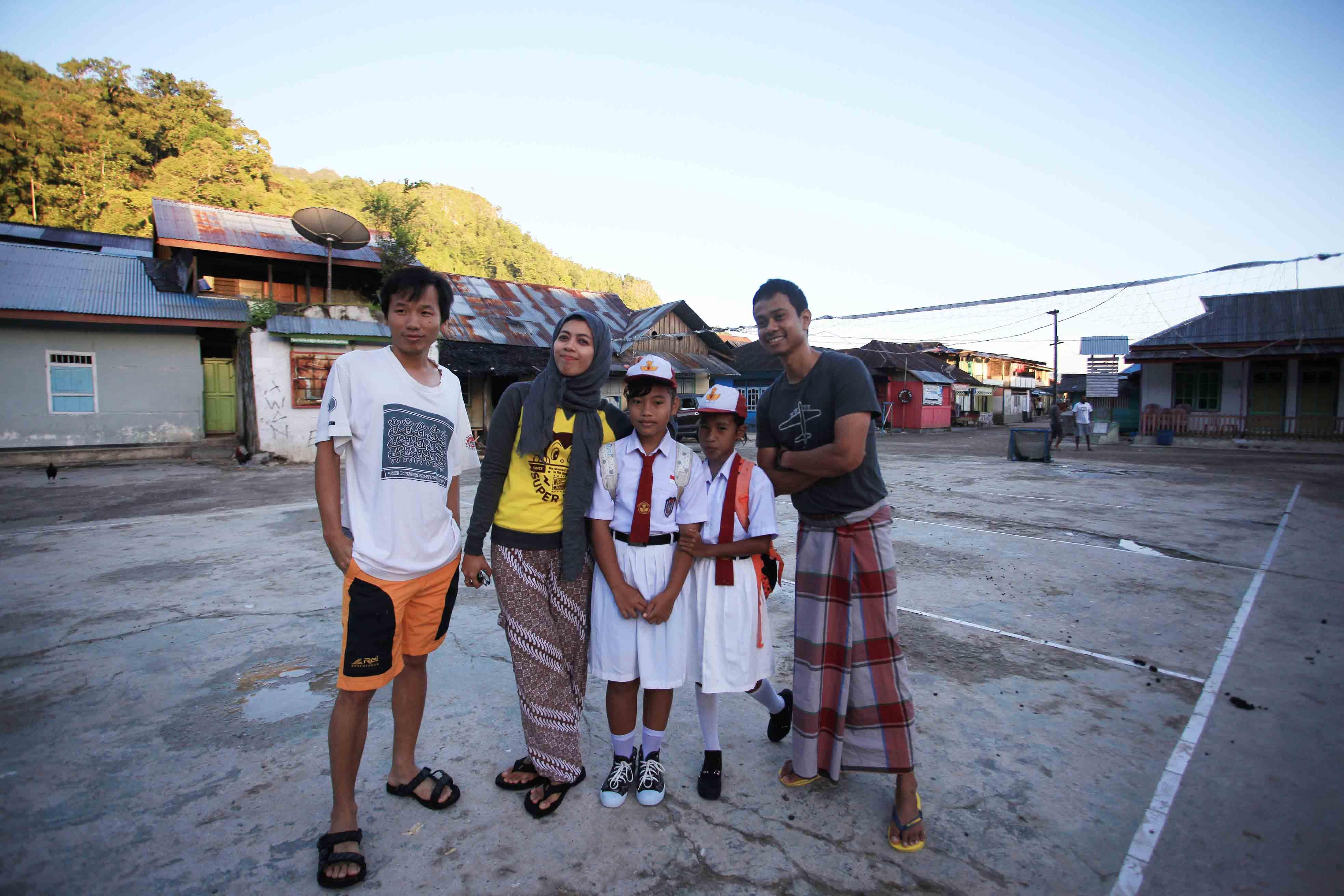 Teman-teman berfoto bersama anak-anak Sawai