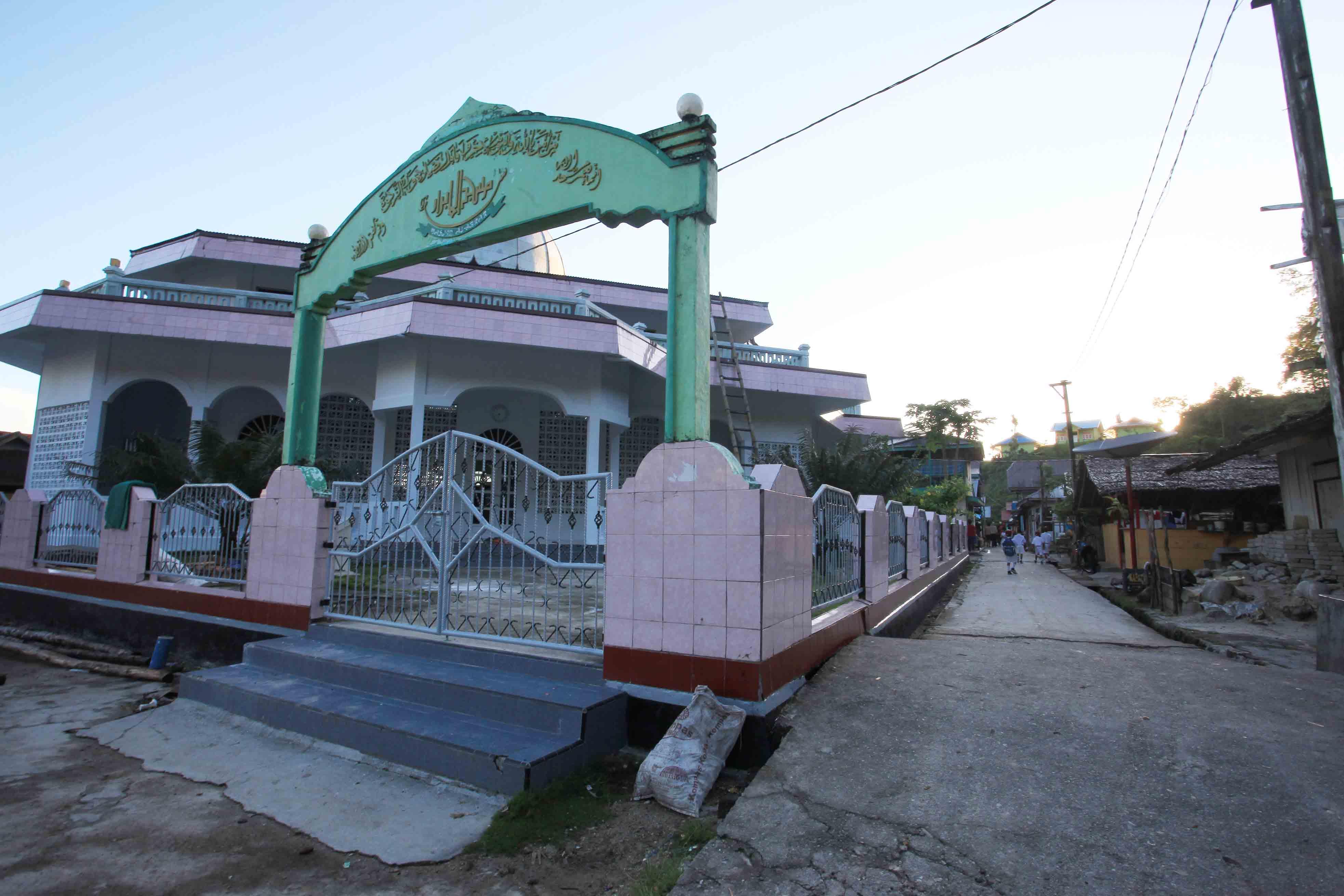 Masjid besar di tengah desa