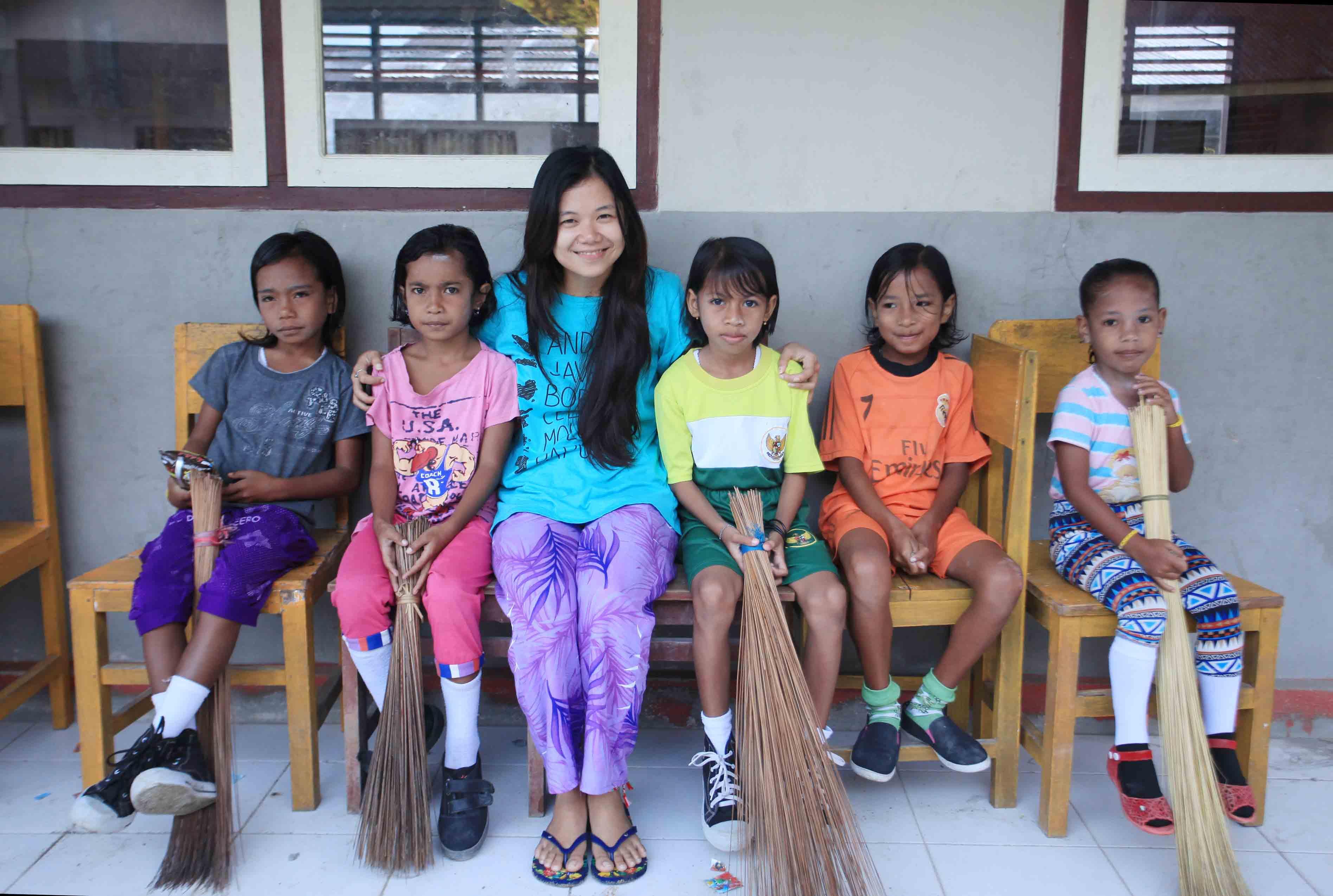 Berfoto bersama anak-anak Sawai
