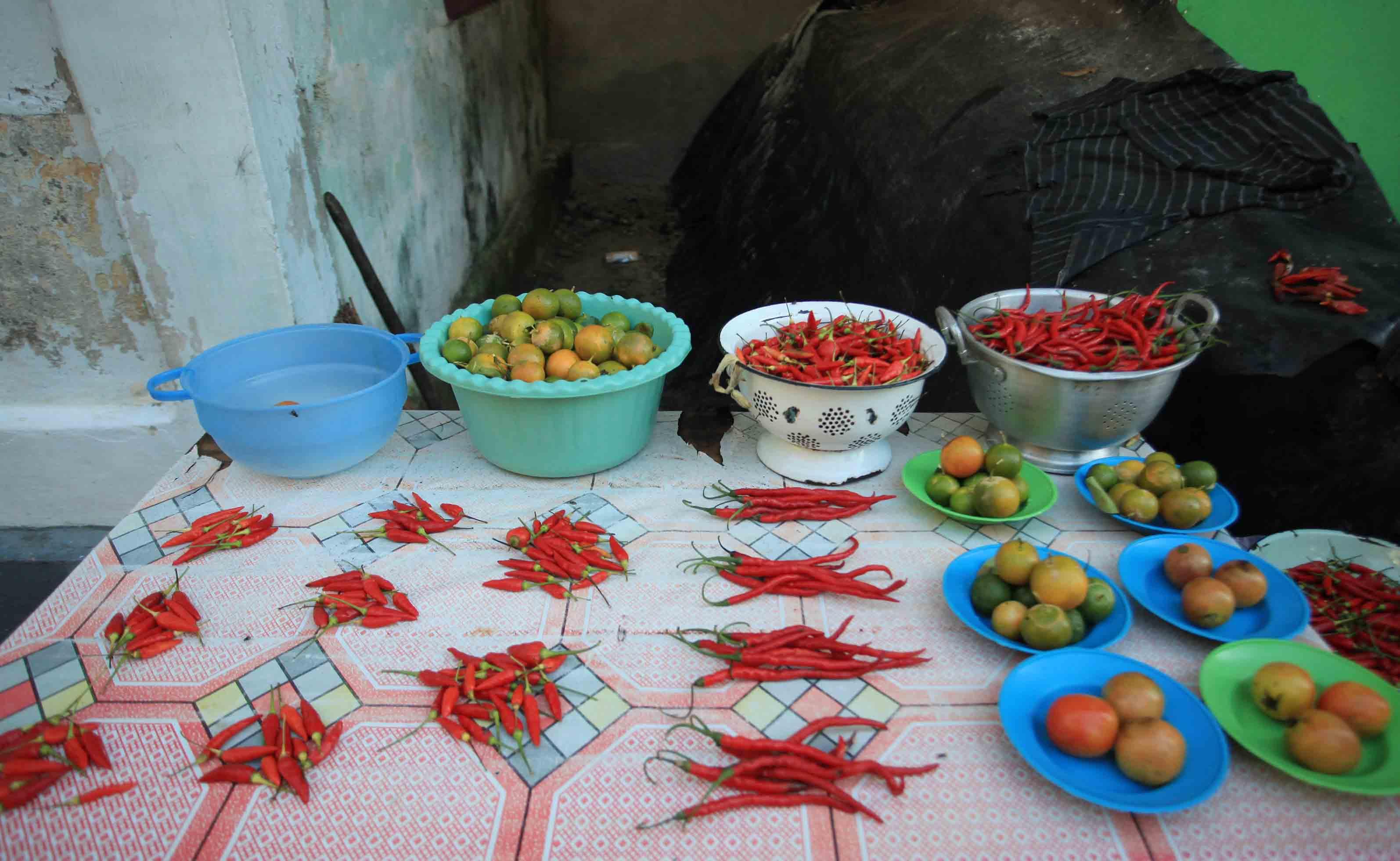 Cabai, tomat, dan jeruk yang dijajakan di depan rumah