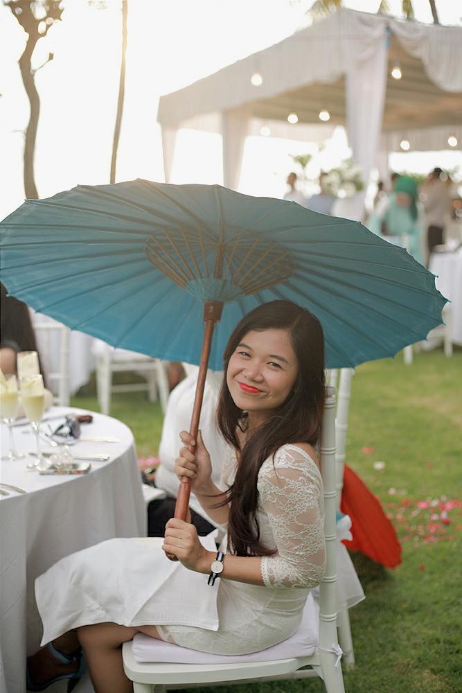 Gerimis sempat turun dan tamu diberi payung cantik begini!