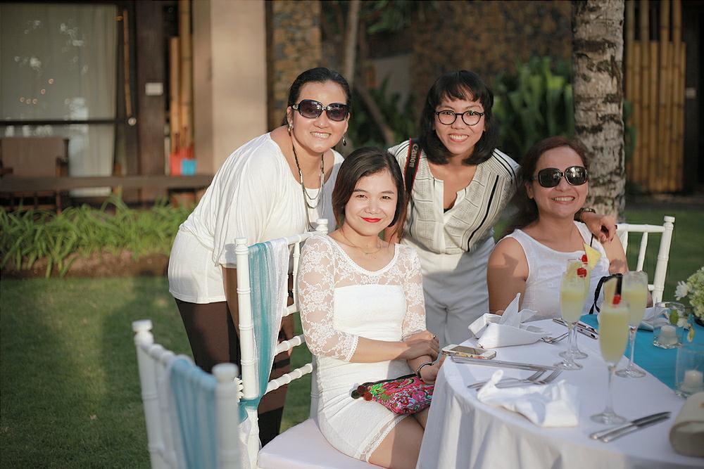 Bersama teman-teman di pesta pernikahan serba putih
