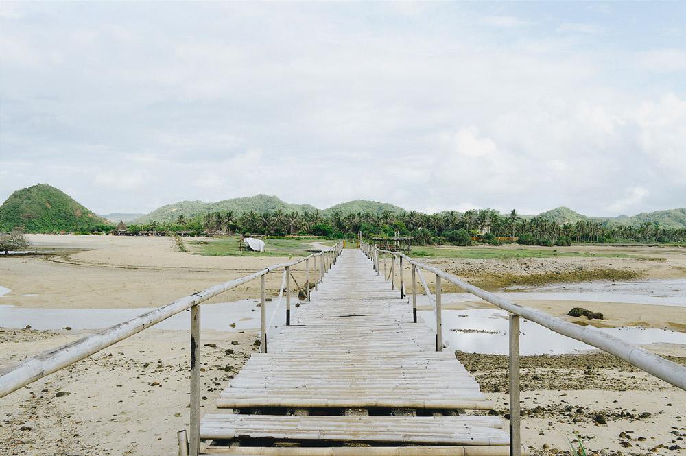 Jembatan bambu menuju pinggir pantai