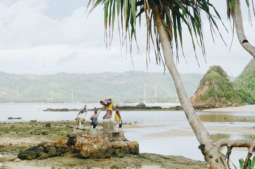 Monumen Putri Mandalika di kala laut surut