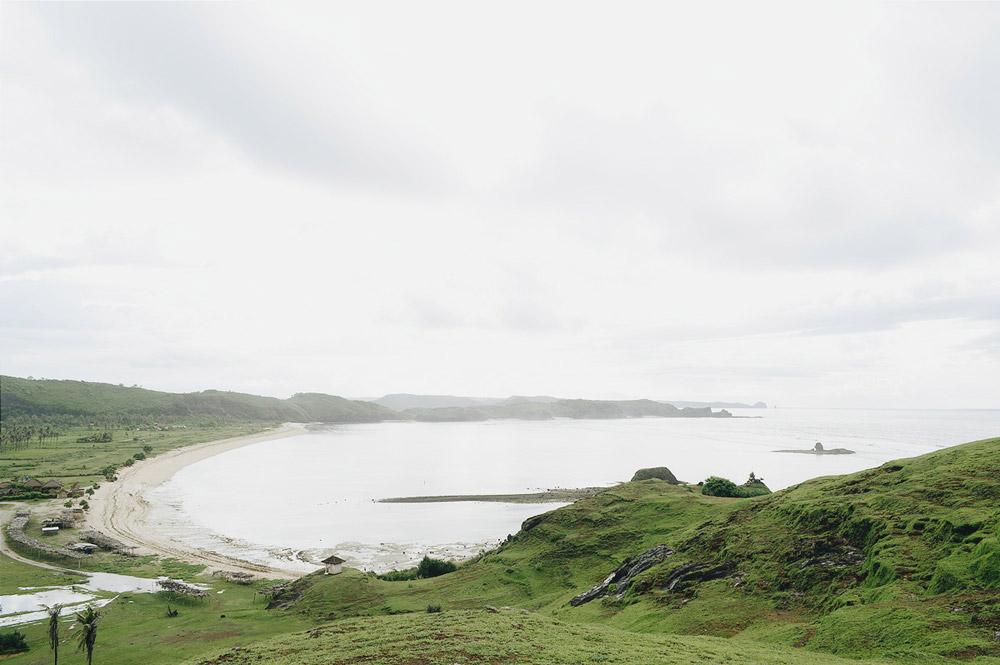 Panorama pantai di sisi lain dari bukit