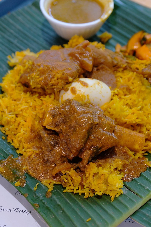 Nasi goreng ini merupakan kuliner khas India yang dimasak dari beras Basmati yang ciri-cirinya kurus panjang. Tekstur nasinya kering dan berminyak dan disantap dengan kari ayam atau sapi. Karena kaya rempah, seperti cengkih, kayumanis, dan pala, Biryani memang memiliki rasa mencolok dan mungkin tak semua orang suka. Saya menjajal Nasi Biryani, dan juga beragam kuliner India lainnya, di Tekka Market di Little India